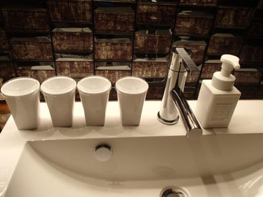 Nホテル 洗面所のアメニティー フェイス&ハンドソープ、コップ