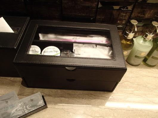Nホテル 洗面所にあった革製の小箱