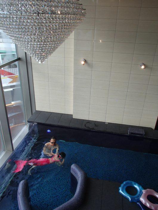 Nホテル ラグジュアリープールスイート マーメイドフィンを付けて泳ぐ娘