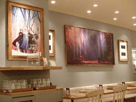 アナと雪の女王2カフェ京都店 アナ雪の絵が飾ってある