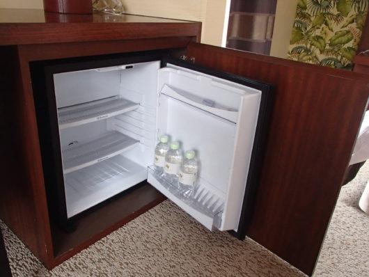 ネスタリゾート ロイヤルスイートC 寝室の小さな冷蔵庫