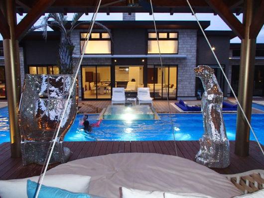 ネスタリゾート ロイヤルスイートC プールで泳ぐ娘