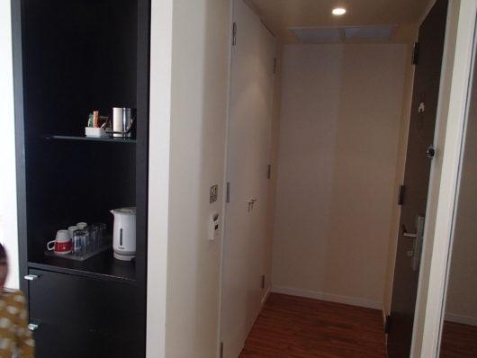 スーペリアコーナールーム 玄関前には白い扉のクロゼット