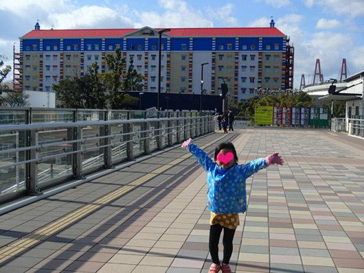 駐車場から歩道橋を渡ってホテルへGo!