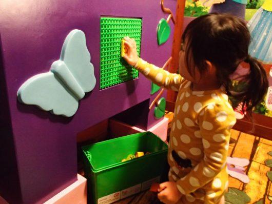 レゴランドホテル 子供部屋のブロックで遊ぶ娘