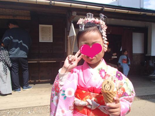 日光江戸村 ソフトクリームを食べる娘