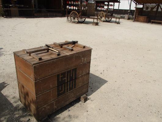 江戸の世界観を壊さないように工夫されたゴミ箱