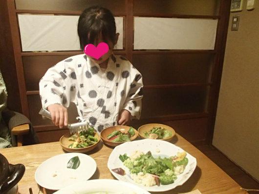 三水館の夕食タイム サラダを取り分けてくれる娘