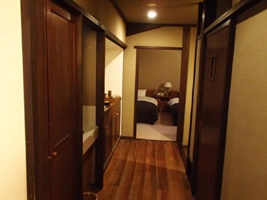 三水館 客室『休石』 和室からベッドルーム側を撮影