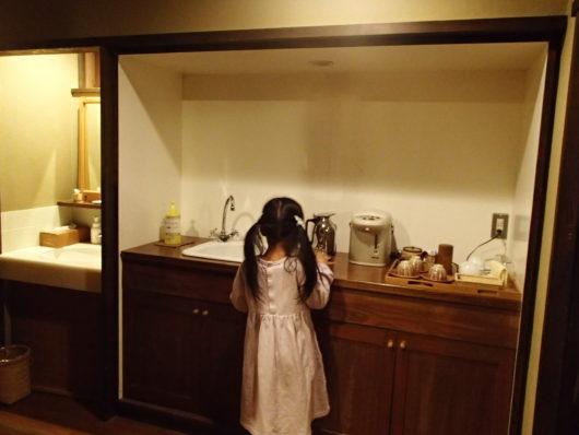 三水館 客室『休石』 ミニキッチンと洗面台