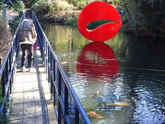 彫刻の森美術館 赤いオブジェが【浮かぶ彫刻】