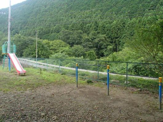 蓬山ログビレッジ 鉄棒とすべり台