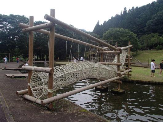 蓬山ログビレッジ 水上アスレチック遊具(水上ネット遊具)