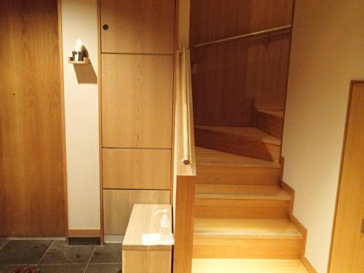 箱根・翠松園 メゾネットタイプ客室の階段