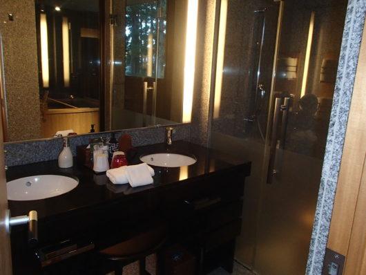 箱根・翠松園 客室の洗面所