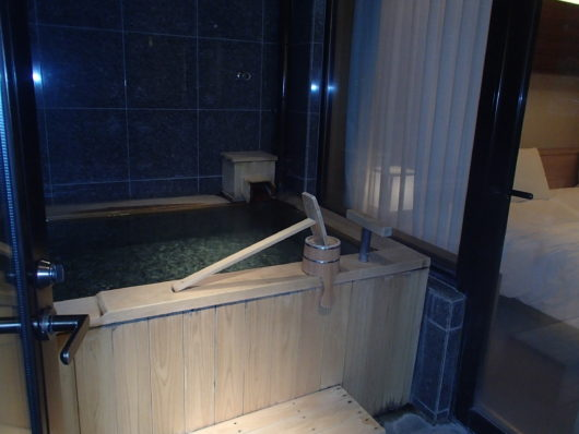 箱根・翠松園 客室の露天風呂(別角度から)