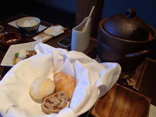 箱根・翠松園 土鍋に入ったご飯 (パンの方が目立ってごめんなさい)